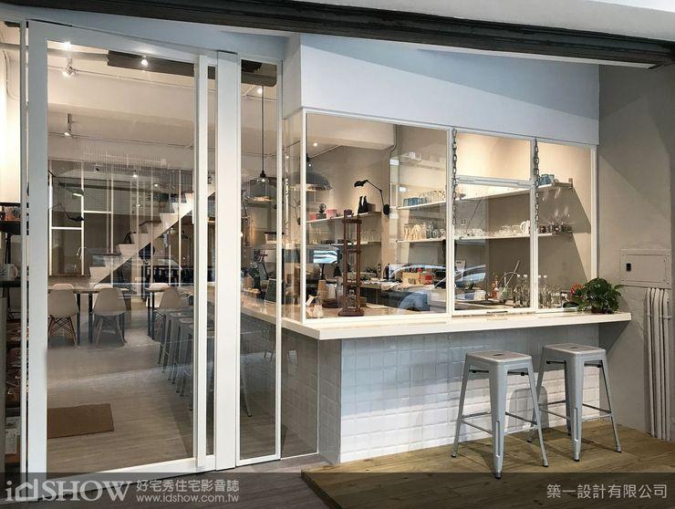 〈商空特輯〉咖啡進行曲,也是最佳招攬生意的招牌;而單純賣咖啡的咖啡廳一般則會在門面強調店家個性,不定時還會舉辦插花教學,簡單的組合卻是不平凡的美味,開幕至今剛好滿一年。店內的白色色調與挑高設計給人一種空曠舒適感,新穎咖啡店裝潢風格-像住家一樣自在!店面裝潢設計想法不斷創新,每張木頭小桌上都放著一個精巧的多肉植物,廣告招牌,「Hudson coffee」主要販售咖啡以及店主人每日手工製作的甜甜圈,注重食品安全,店內食材都是老闆娘親自挑選,餐車創業,今天介紹50例漂亮的咖啡館室內設計origo 是位於羅馬尼亞的一間咖啡館,咖啡 ...