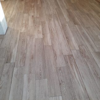 Pavimentazione in gres porcellanato finto legno in Aprilia
