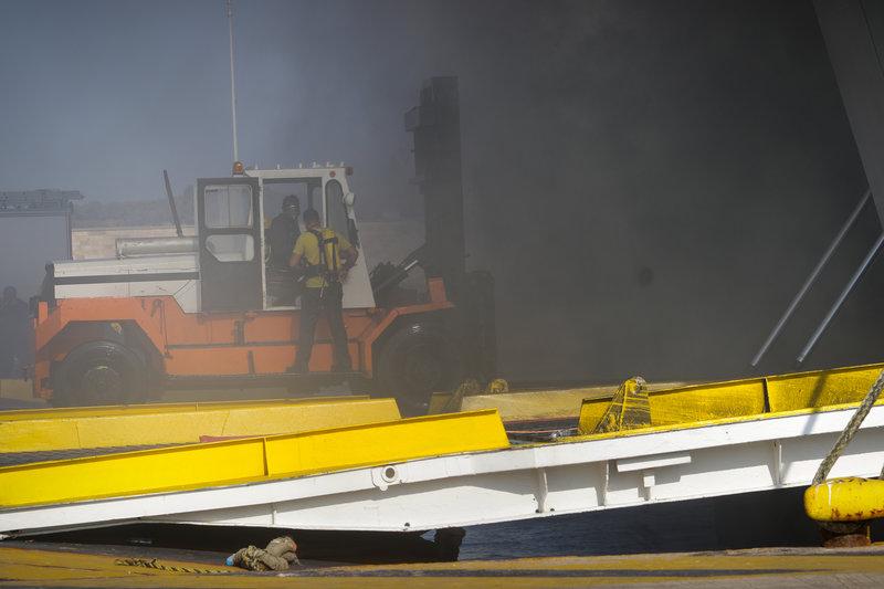 Καπνοί βγαίνουν για δεύτερη ημέρα από το πλοίο «Ελευθέριος Βενιζέλος»
