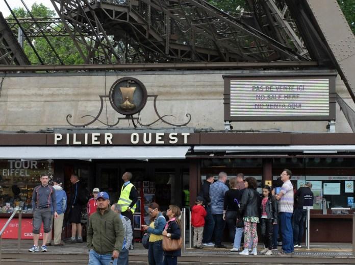 Ατελείωτες ουρές αναμονής για τους τουρίστες που δεν διαθέτουν εισιτήριο