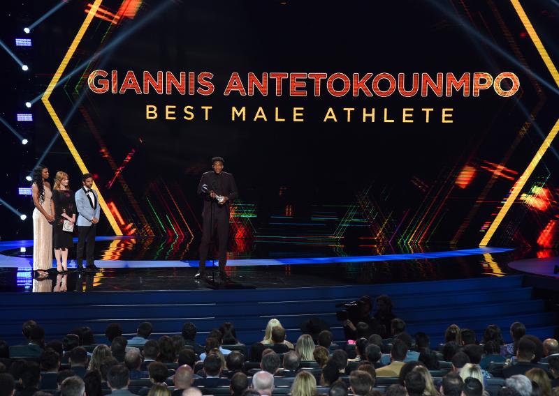 Ο Γιάννης Αντετοκούνμπο βραβεύτηκε ως «Αθλητής της χρονιάς» / Φωτογραφία: AP