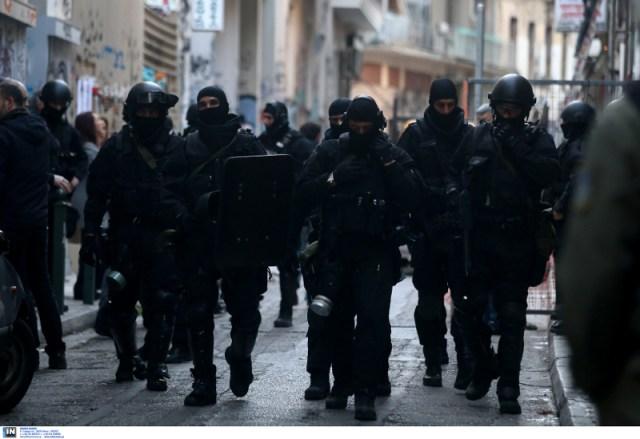 Αστυνομικοί με καλυμμένα πρόσωπα στα Εξάρχεια