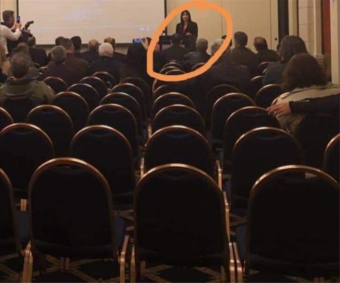 Η Ελενα Κουντουρά ενώ μιλάει μπροστά σε ελάχιστους