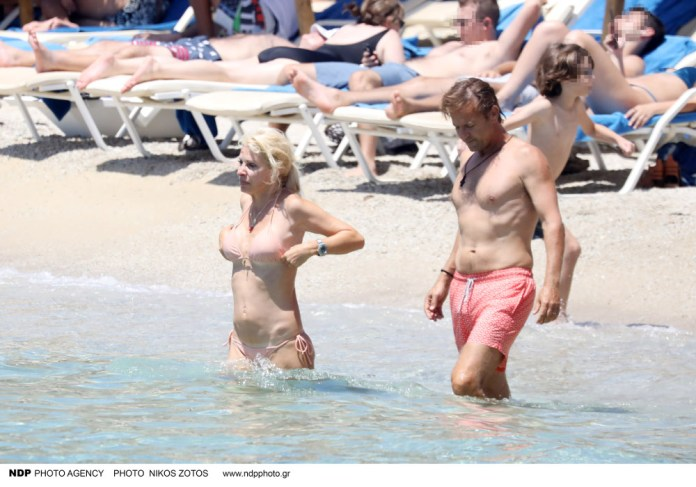Ελένη Μενγάκη και Μάκης Παντζόπουλος σε παραλία της Μυκόνου
