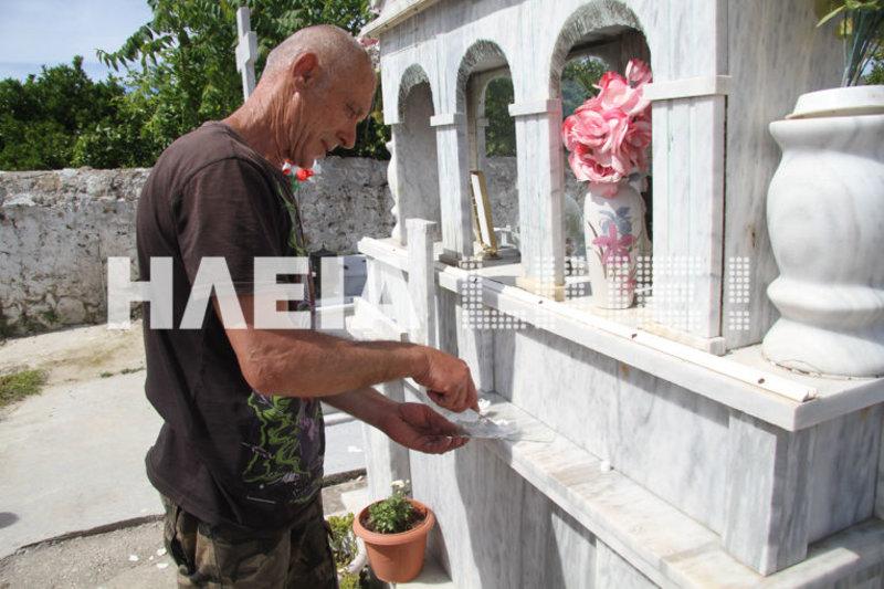 Ενας μαρμαράς μαζεύει τμήματα μαρμάρων που έχουν καταρρεύσει