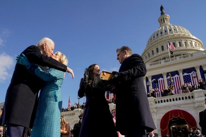 Ο Μπάιντεν φιλάει την σύζυγό του μπροστά στην κόρη του