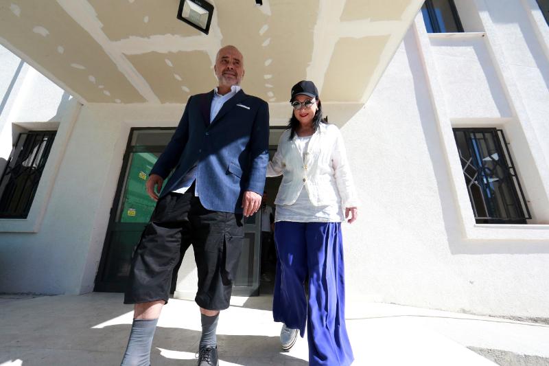 Ο Εντι Ράμα με κοντό παντελόνι με τη σύντροφό του