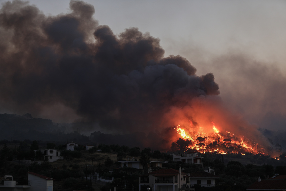 Φωτιά σε λόφο δίπλα σε σπίτια στην Κορινθία