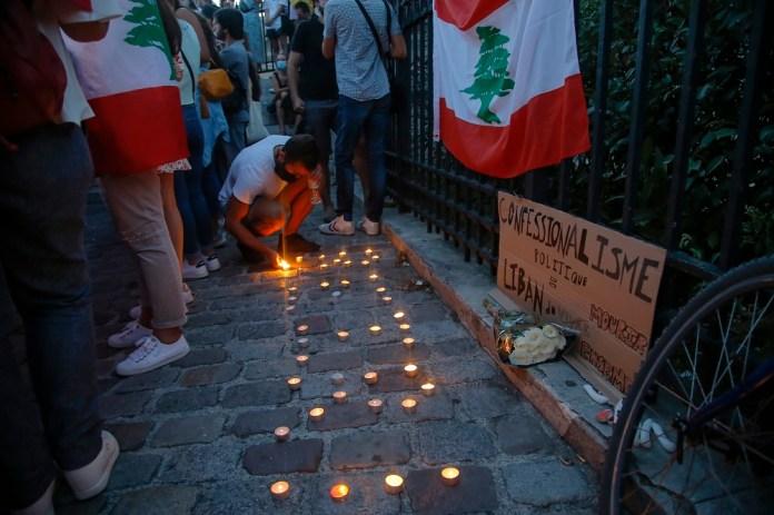 Πολίτης στο Λίβανο ανάβει κεράκια