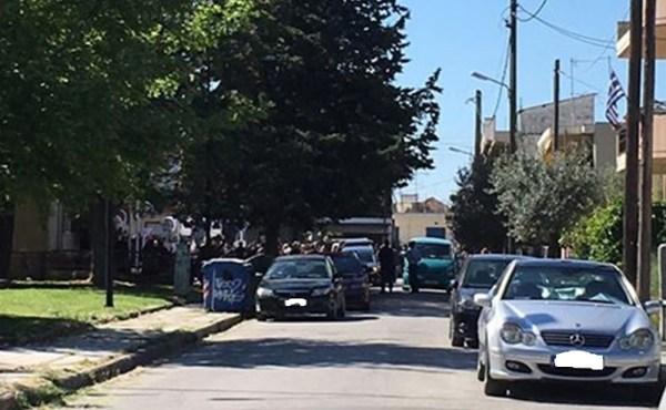 Συνωστισμός στην κηδεία του 50χρονου Ρομά στη Λάρισα