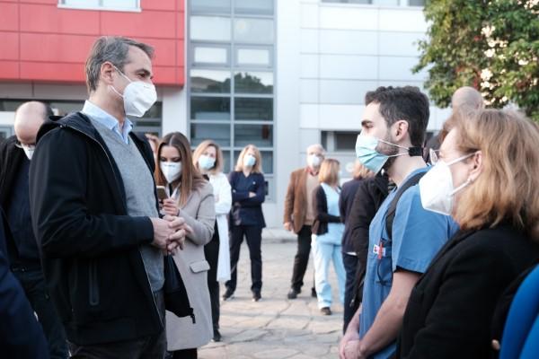 Ο Κυριάκος Μητσοτάκης συνομιλεί με νοσηλευτικό προσωπικό του Ιπποκράτειου Θεσσαλονίκης