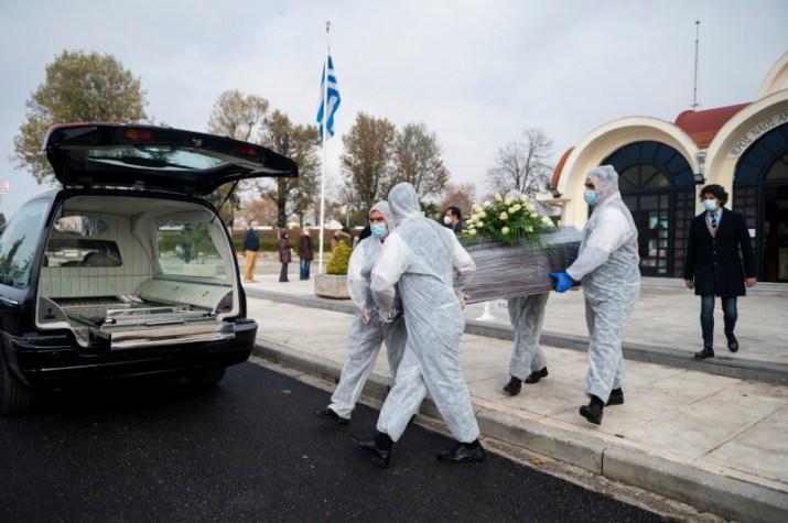 Τα θύματα κορωνοϊού τυλίγονται με πλαστικές σακούλες και στην συνέχεια το φέρετρό τους με διαφανή μεμβράνη