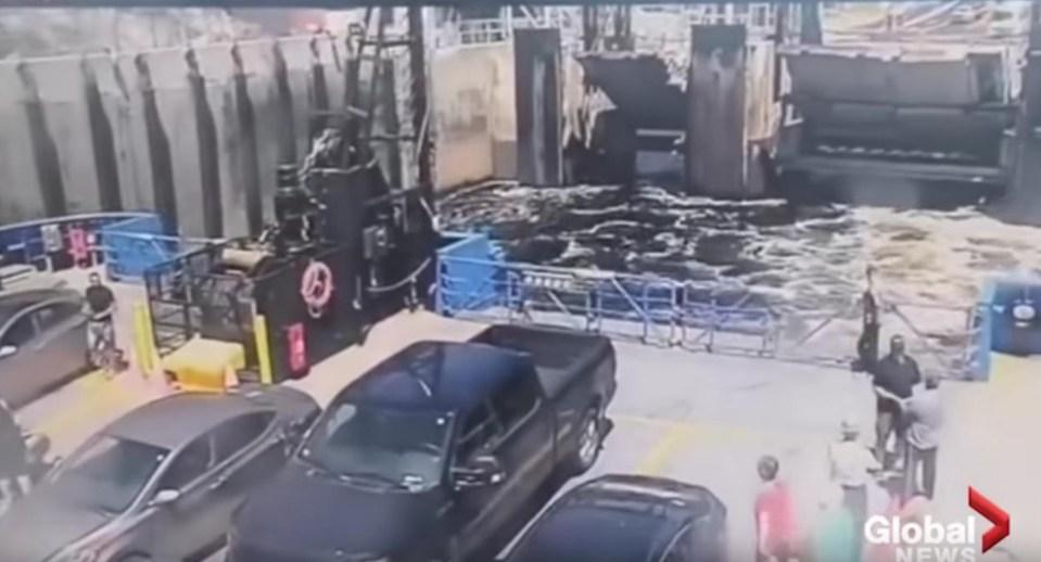 Δευτερόλεπτα πριν σημειωθεί το ατύχημα, οι επιβάτες του πλοίου μιλούσαν αμέριμνοι