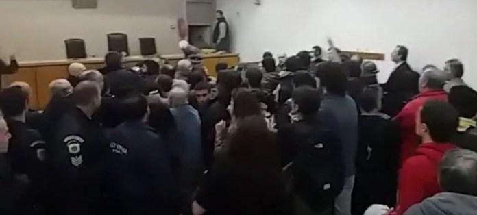 Επεισόδια σε πλειστηριασμό στη Θεσσαλονίκη -Φυγαδεύτηκε η πρόεδρος των συμβολαιογράφων [βίντεο]