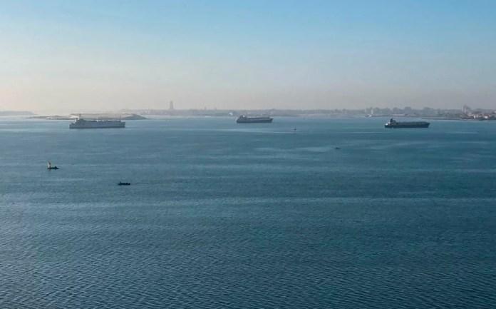 Δεκάδες πλοία έχουν «κολλήσει» στο νότιο στόμιο της διώρυγας του Σουέζ