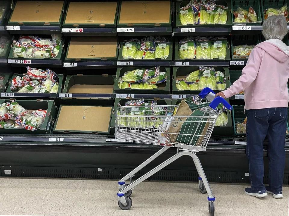 Οι ελλείψεις και ο φόβος ραγδαίας αύξησης του πληθωρισμού έχουν προκαλέσει πανικό στους Βρετανούς καταναλωτές