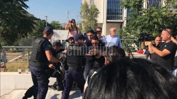 Με φωνές και κατάρες υποδέχθηκαν τον κατηγορούμενο η μητέρα και ο πατέρας της Δώρας- φωτογραφία iefimerida