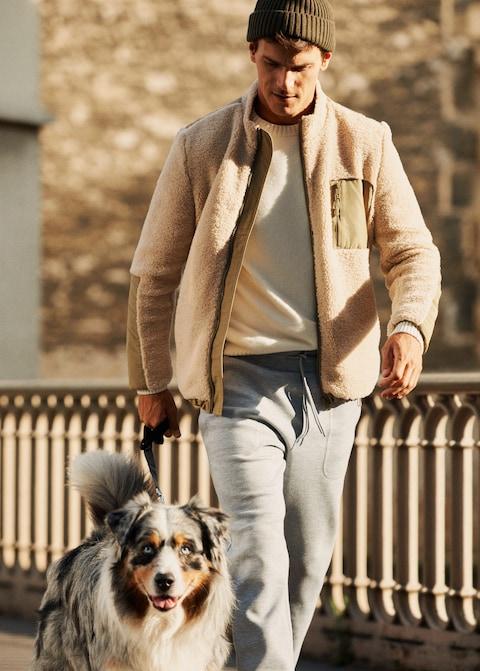 confinés mais stylés en sortie avec le chien