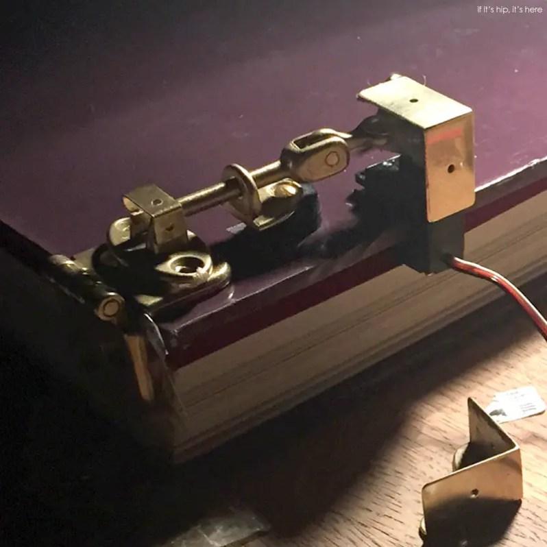 thijsbiersteker-coverthatjudgesyou-locking mechanism IIHIH