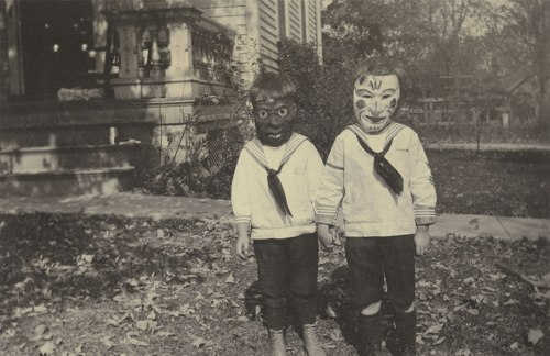Read more about the article Haunted Air: A Macabre Collection of 25 Historical Halloween Photographs