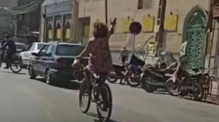 ifmat - Female cyclist angers hard-liners in Iran by riding without her Hijab