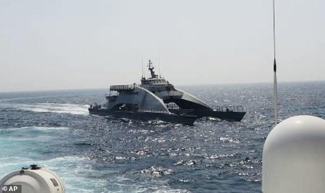 ifmat - Moment Iranian warship aggressively cuts across the bows of US military vessels
