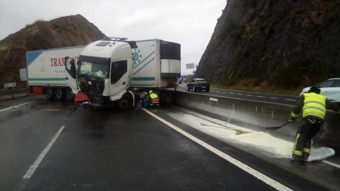 Cortada la autovía A8 sentido Santander por el accidente de un camión