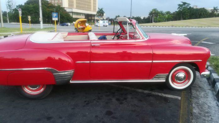 Vecchie macchine colorate usate come taxi, trucchi per godersi al meglio Cuba