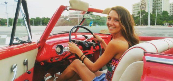 Sul un taxi rosso a L'Avana