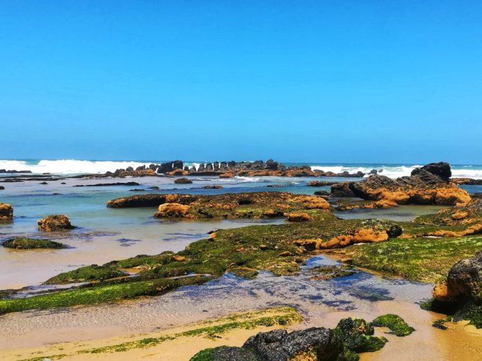 bassa marea e scogli a santa cruz spiaggia in portogallo