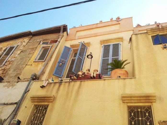 finestre blu nel vecchio quartiere di jaffa