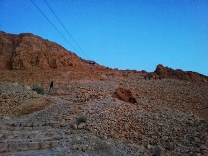 il sentiero del serpente per salire a masada e la teleferica per andare a vedere il panorama e mar morto