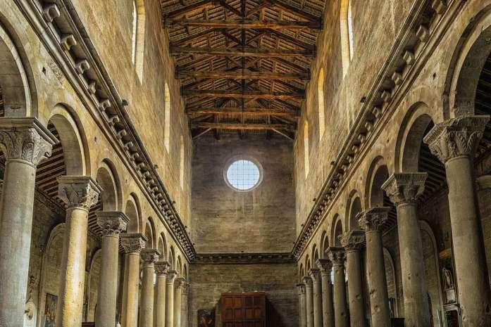 interno chiesa della tuscia