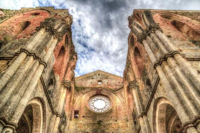 toscana abbazia spada nella roccia