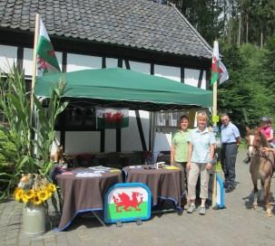 Elke Szigan und Annetraud Sprink in unserem Infostand, der mit aktuellen Bildern von der Regionalschau dekoriert war
