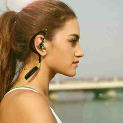 Mixcder-inear-bluetooth-wore-by-girlJPG-everglow