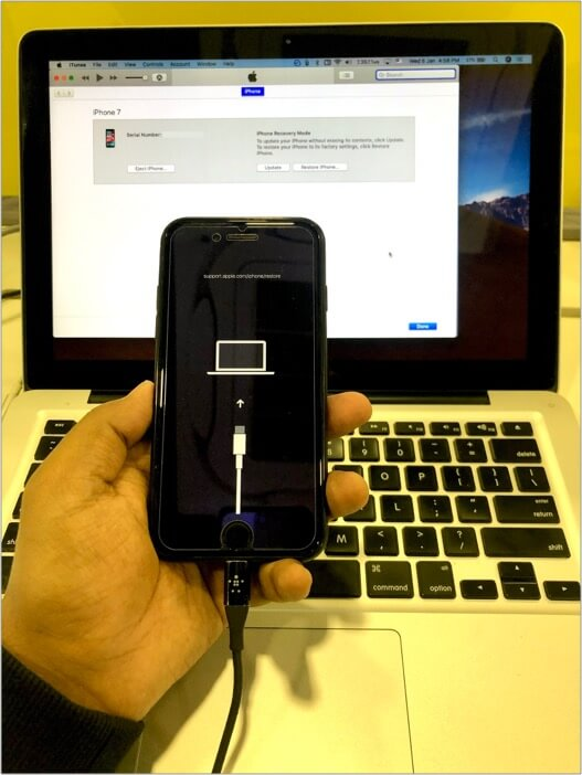 Так выглядит процесс исправления отключенного iPhone через компьютер