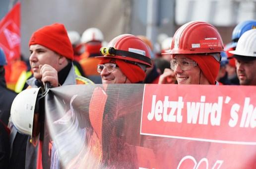 Tausende Stahlwerker im Warnstreik – Krefelder Betriebe Outokumpu, DEW und Schmolz & Bickenbach mit dabei