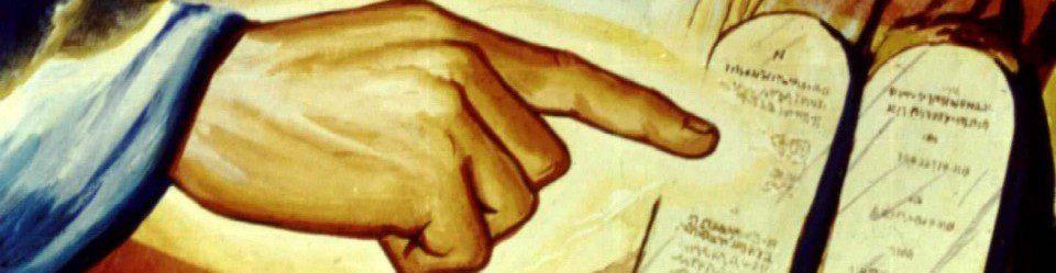 Os 10 Mandamentos do Deus na tabua de pedra