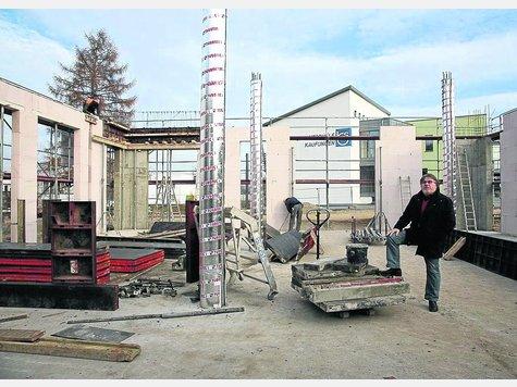 Der inzwischen ins Staatliche Schulamt gewechselte Schulleiter Erhard Zammert (links) rechnet damit, dass das neue Zentralgebäude der IGS im Oktober 2012 bezugsfertig ist. Foto: Stier.