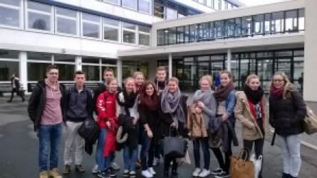 Die IGS-Schülerinnen und –Schüler vor der Herderschule
