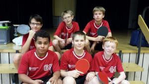 Foto 2: Die Kaufunger Tischtennismannschaft mit Ole K., Ole L., Oliver (hintere Reihe, alle 6a) Louis, Marc und Luka (vordere Reihe, alle 6f).
