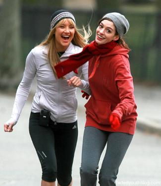 Kate Hudson & Anne Hathaway in a scene from the movie Bride Wars