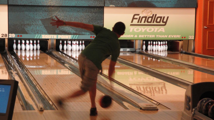 Alright...the last bowling pic...here's John showing off some Vegas Creepy Guy Form!  (what up John!!!:)