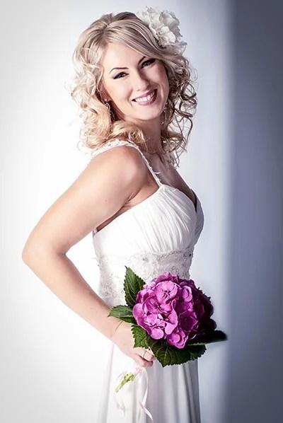 Brautfrisur mit duftigen Locken  Hochzeitsfrisuren
