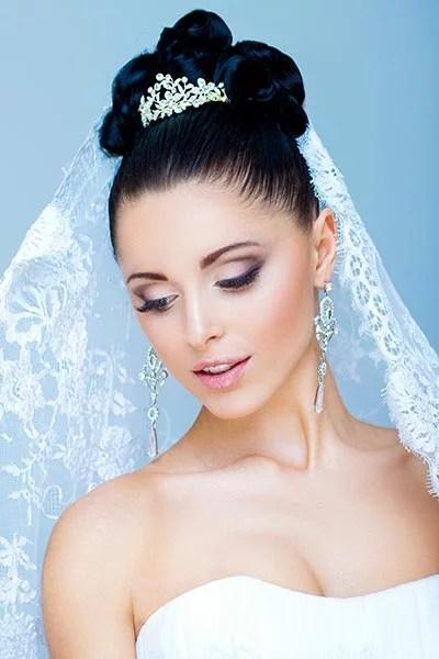 Brautfrisur mit funkelndem Diadem und Schleier