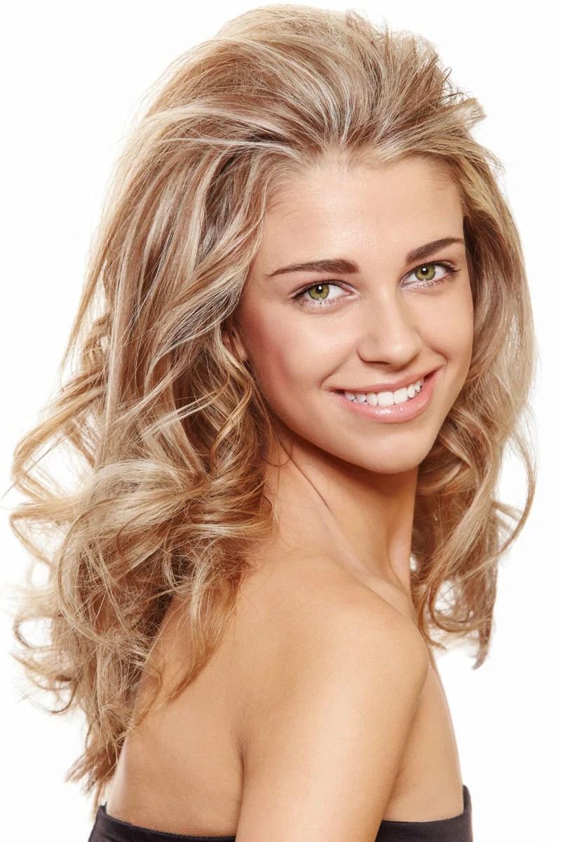 Blonde Haare mit Strhnen in lockiger Langhaarfrisur  Blonde lange Haare