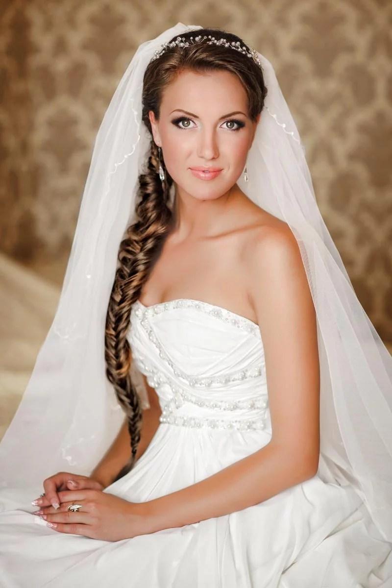 Feminine Hochzeitsfrisur mit Seitenzopf