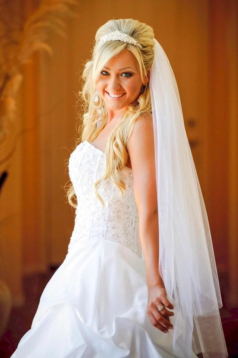 Blonde offene Brautfrisur mit Schleier  Hochzeitsfrisuren  Brautfrisuren mit Schleier und Diadem