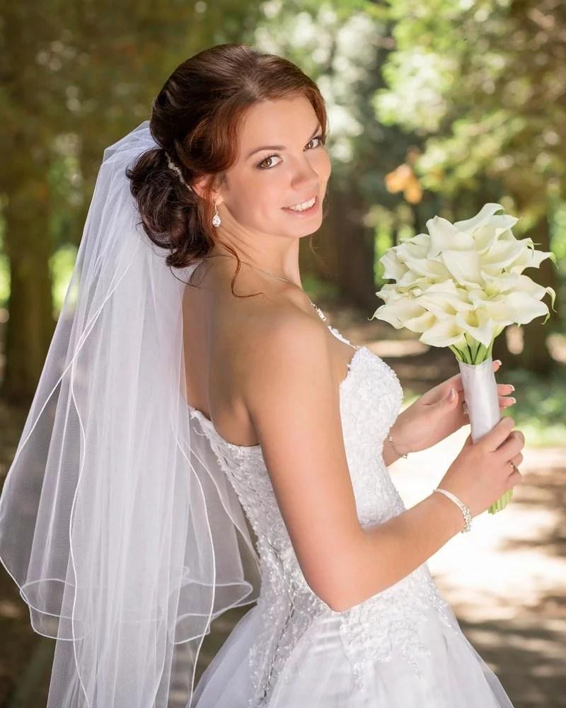 Elegante halboffene Hochsteckfrisur  Hochzeitsfrisuren  Brautfrisuren mit Schleier und Diadem